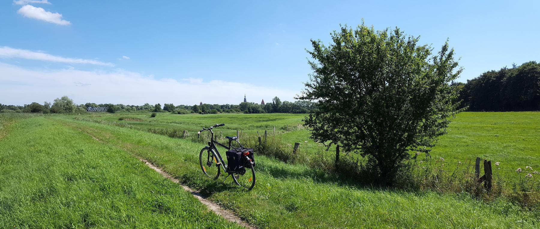 auf dem Deich - Blick auf Greifswald