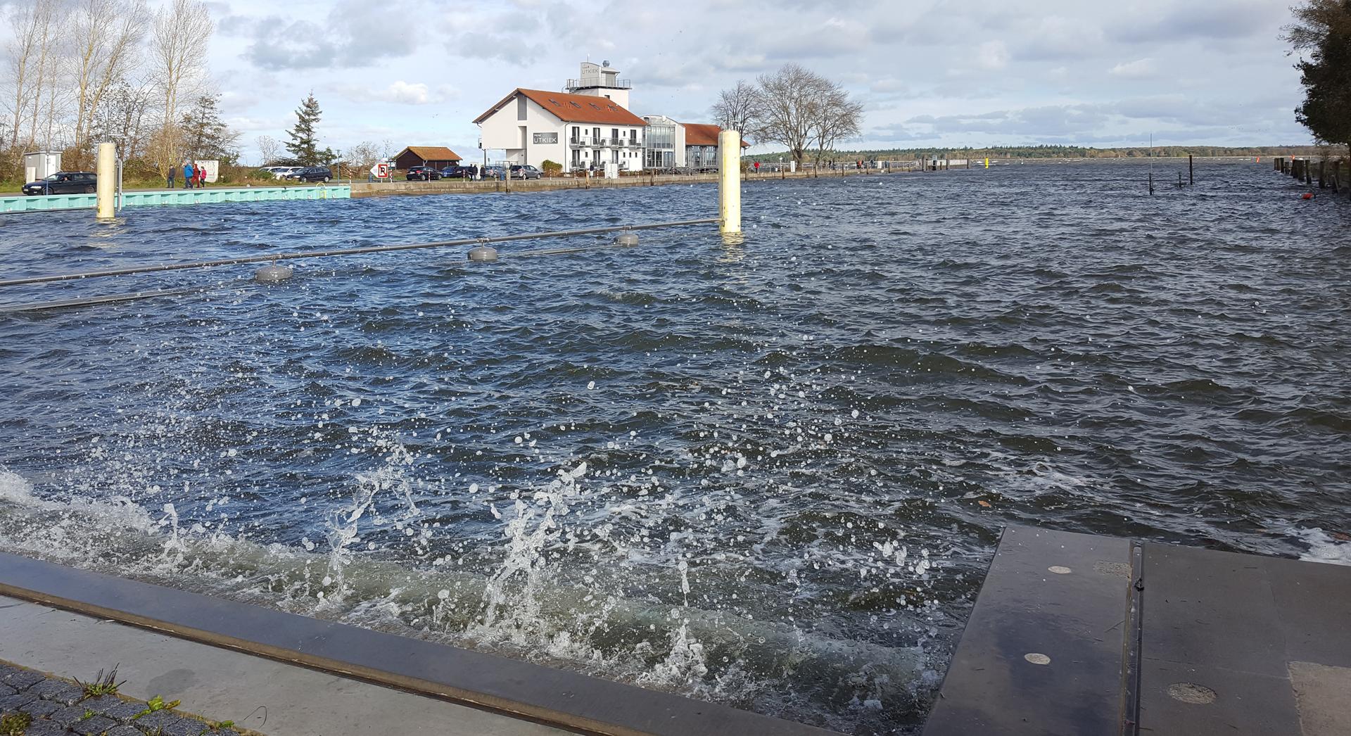 stürmisch am Sperrwerk in Greifswald-Wieck