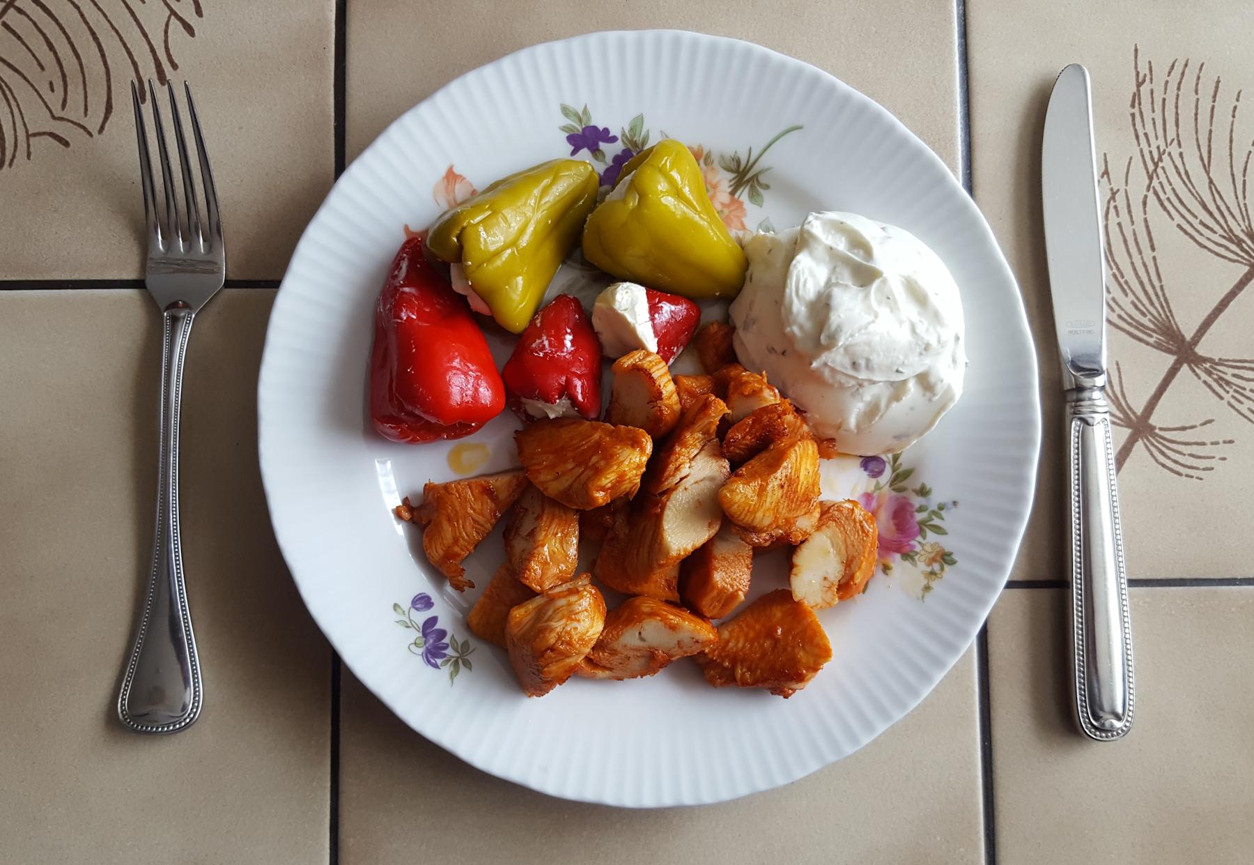 Hähnchenbrust-Filetstücke mit Antipasti (Paprika mit Frischkäse) und Kräuterquark