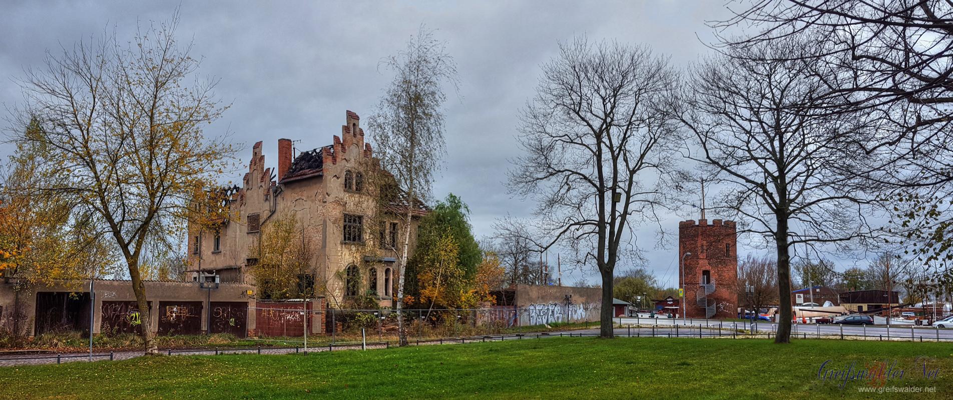 Ruine der abgebrannten Stadtvilla und Pulverturm in Greifswald