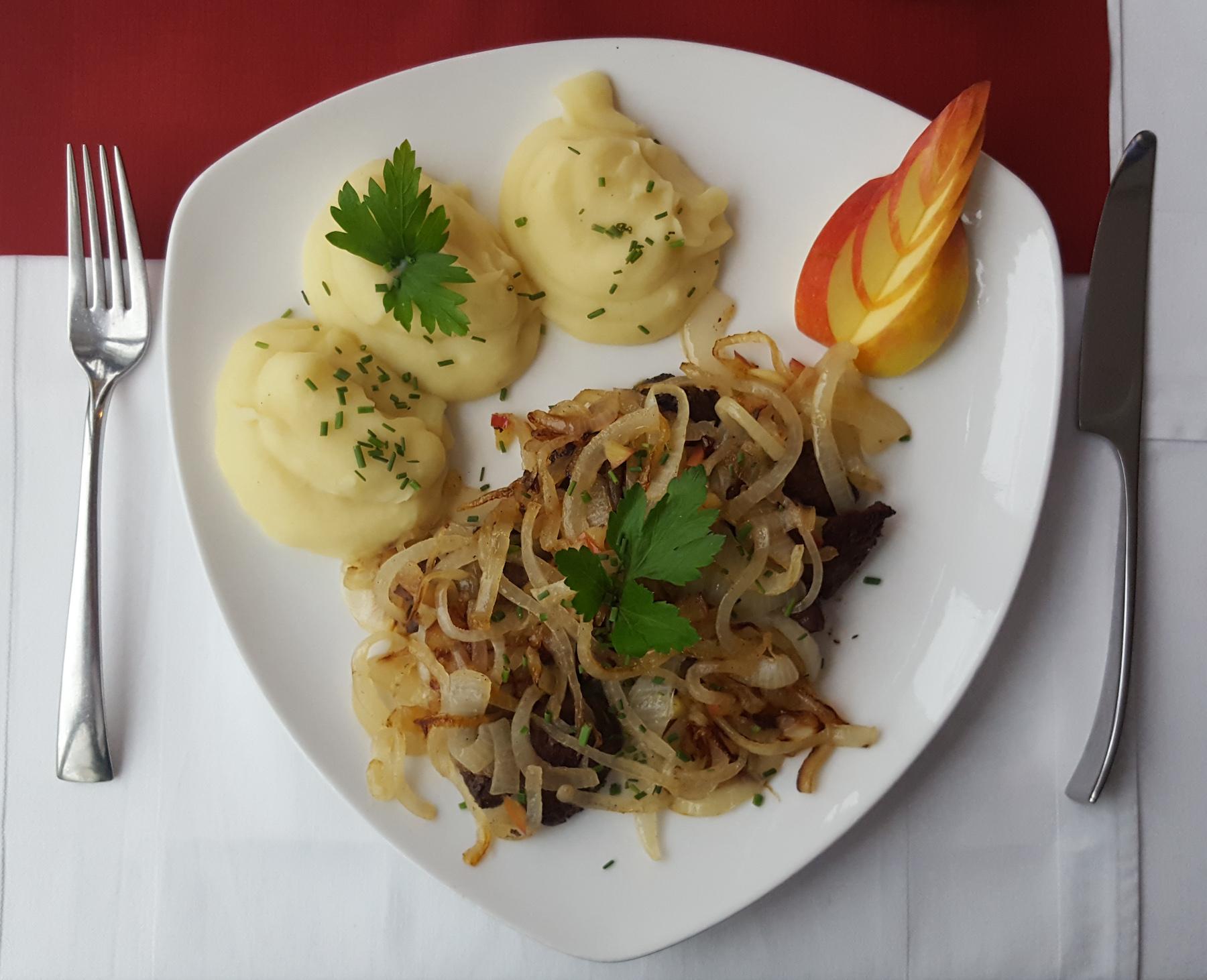 Schweineleber mit Zwiebeln und Kartoffelpüree