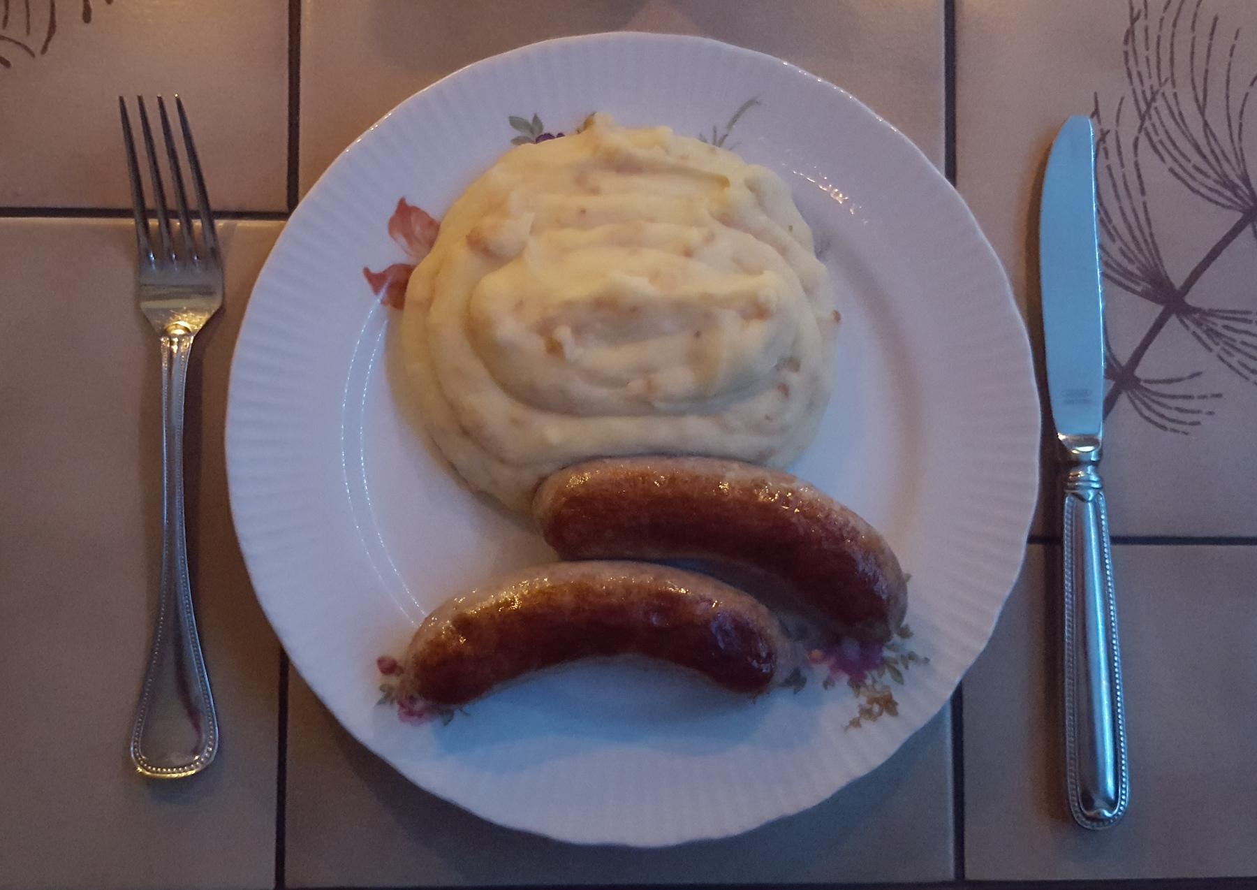 Abendessen - Bratwurst, Kartoffelpüree mit Röstzwiebeln