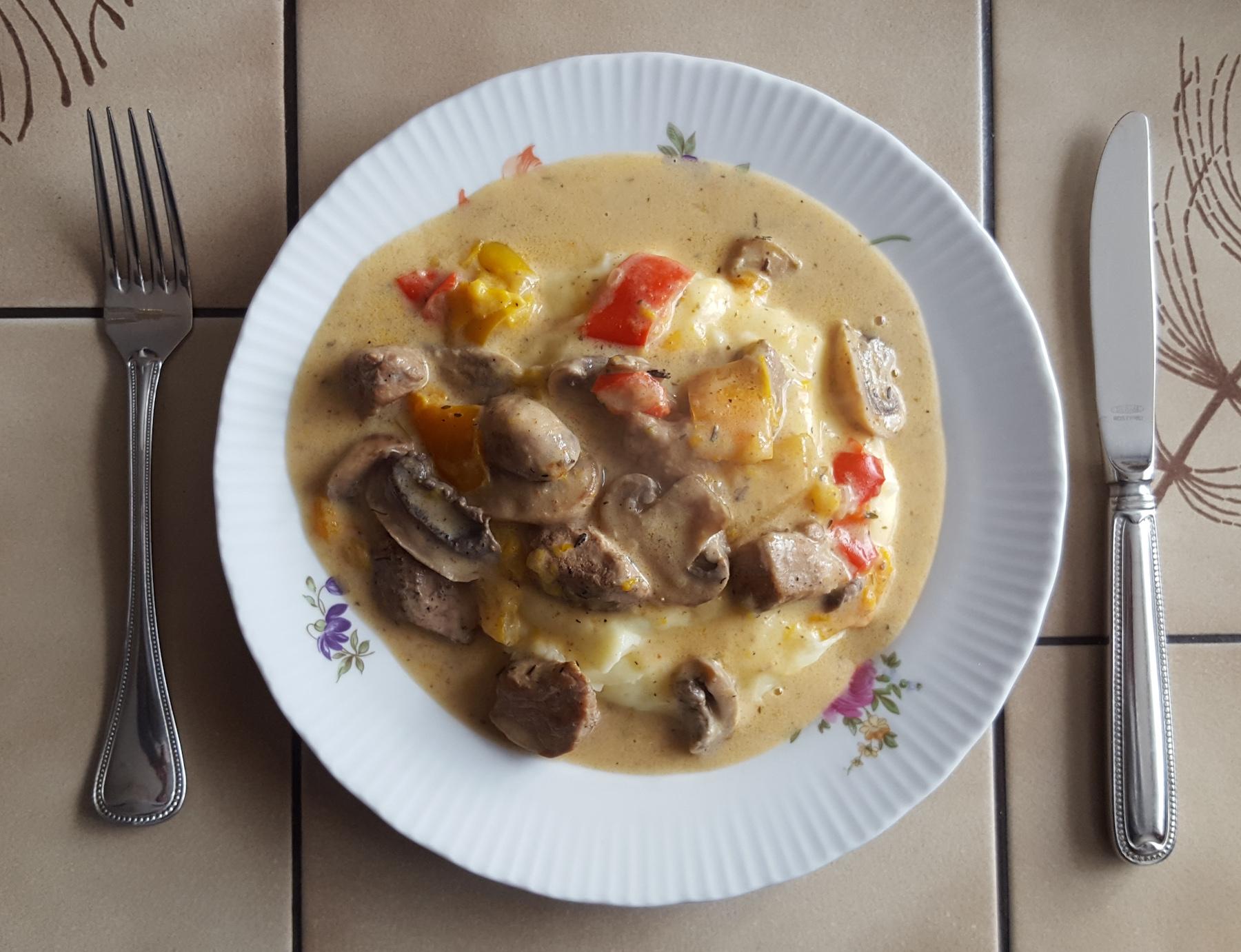 Mittagessen: Gulasch mit Kartoffelpüree