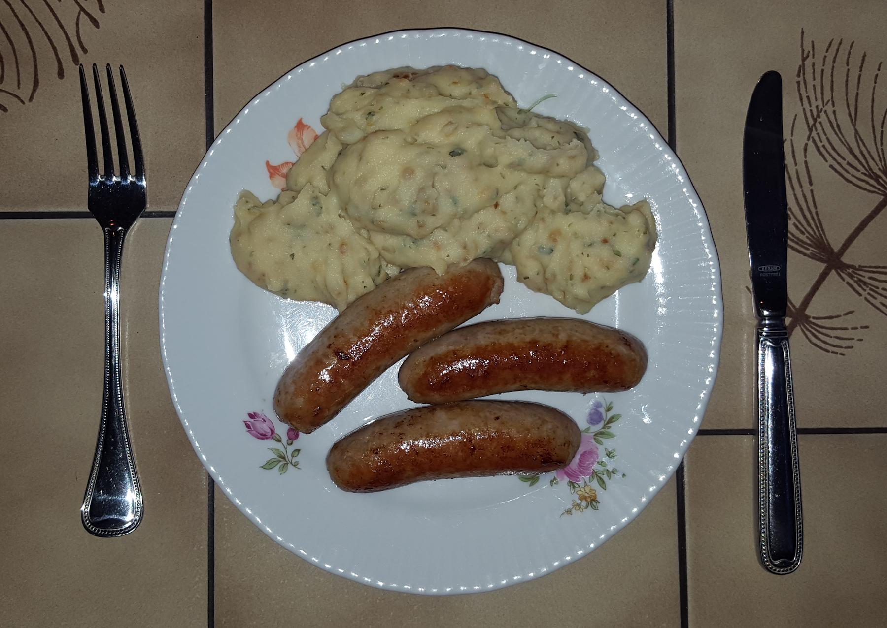 Bratwurst, Kartoffelpüree mit Röstzwiebeln und Petersilie