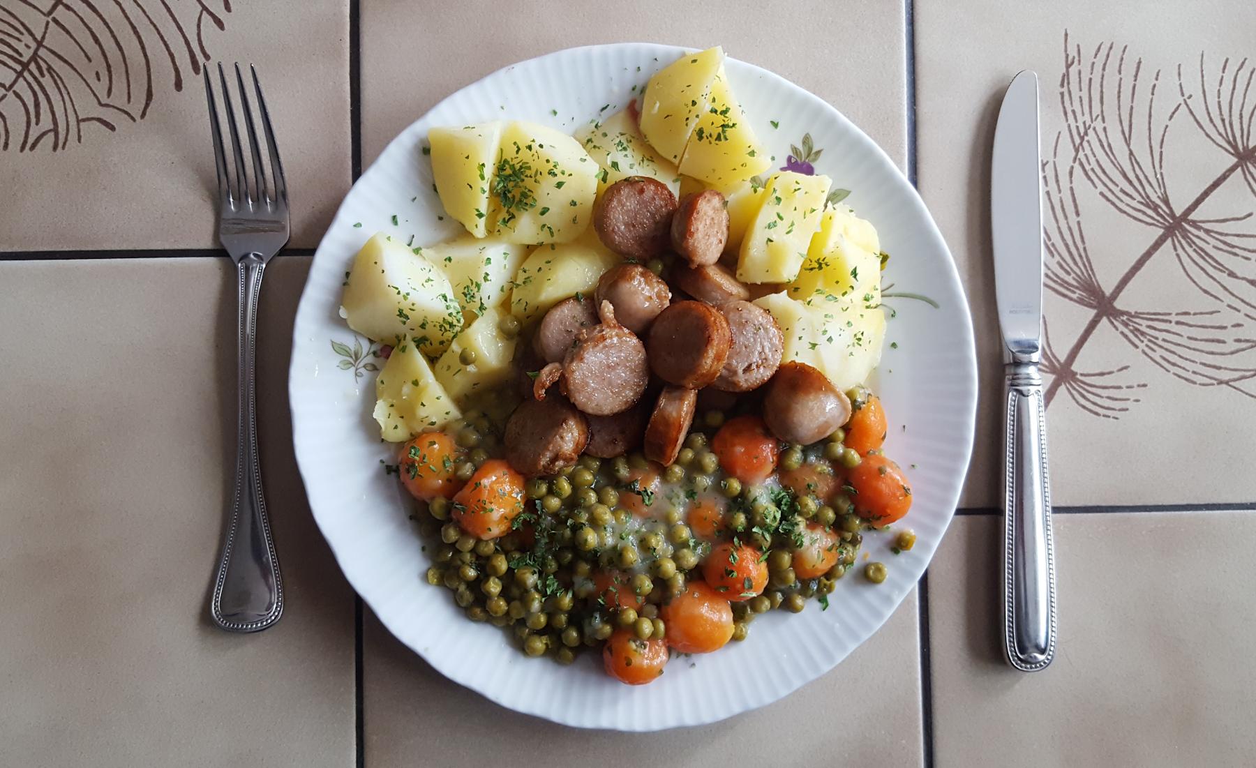 Bratwurst mit Kartoffeln und Mischgemüse
