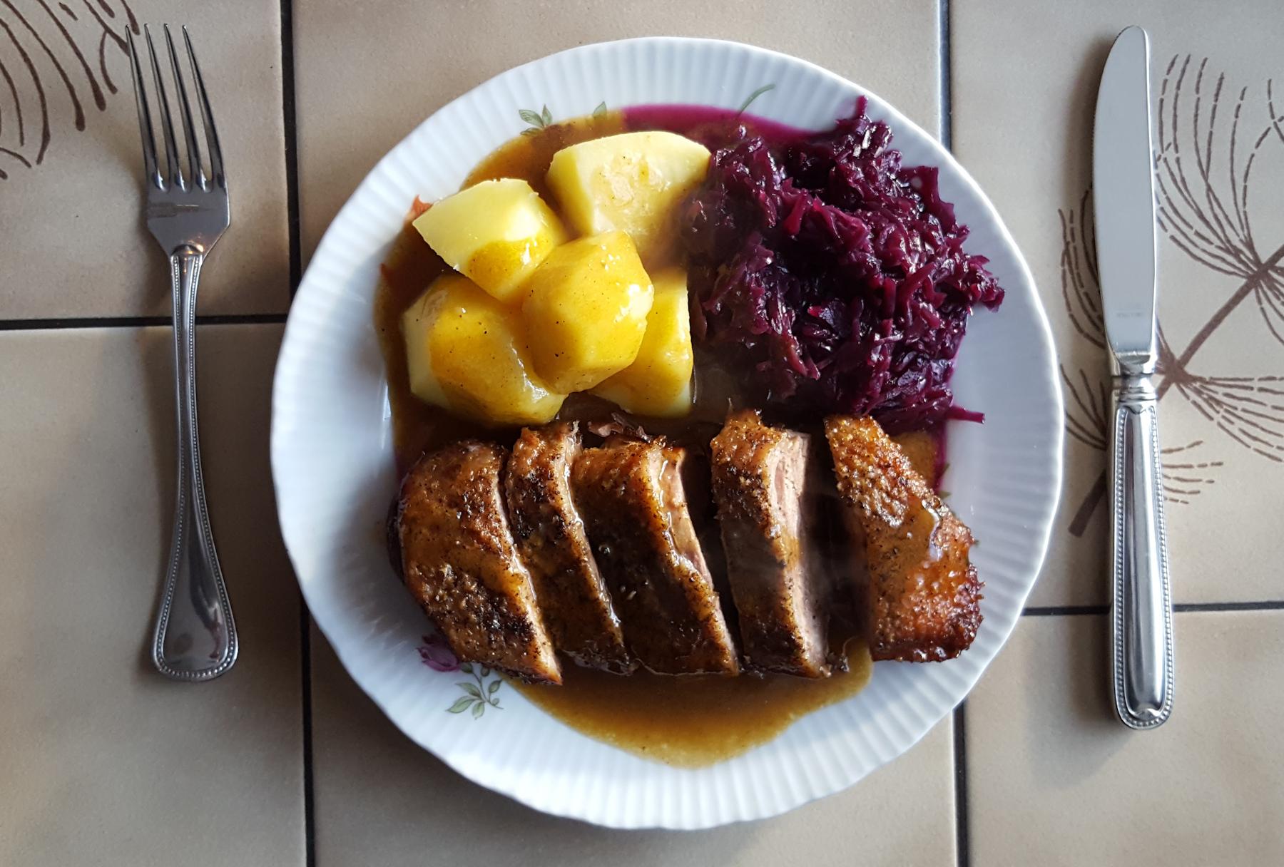 Barbarie Entenbrustfilet mit Kartoffeln und Rotkohl