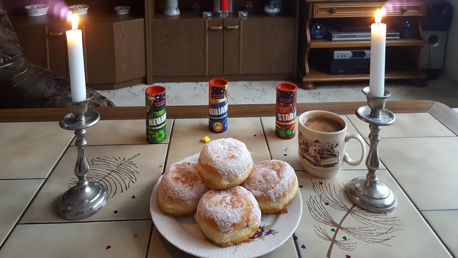 Berliner und Kaffee am Silvesternachmittag