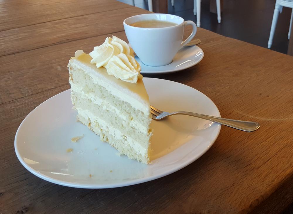 Mandel-Marzipan-Torte und Kaffee