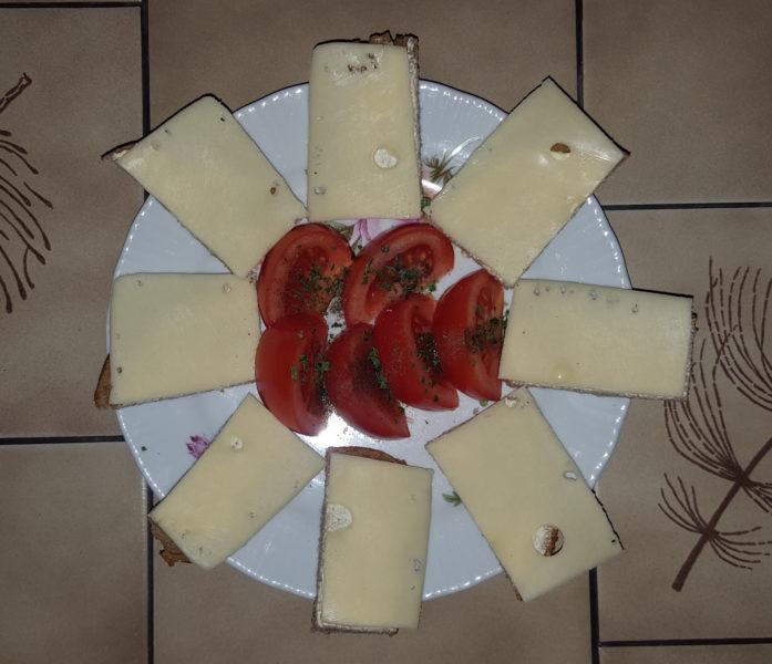 frisches Brot mit Käse und Tomaten
