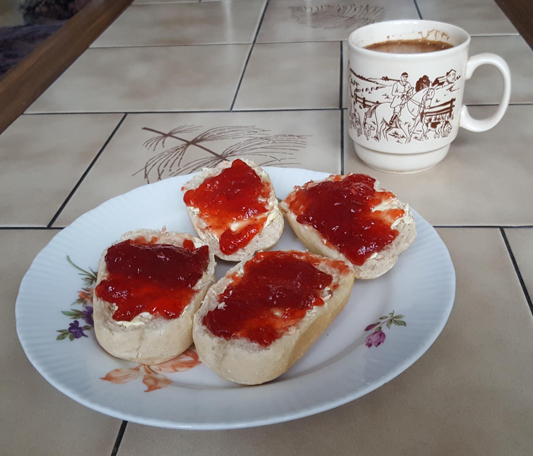 Marmeladenbrötchen und Kaffee