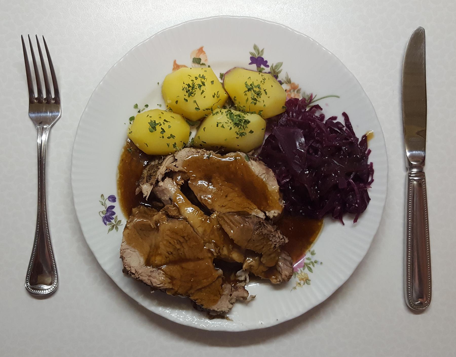 Schweinerollbraten mit Kartoffeln und Rotkohl