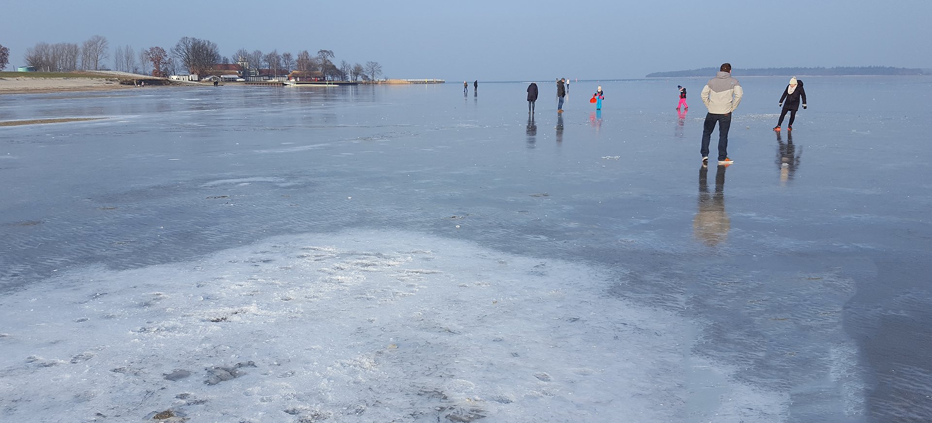 Spaß auf dem Eis am Strand in Greifswald-Eldena