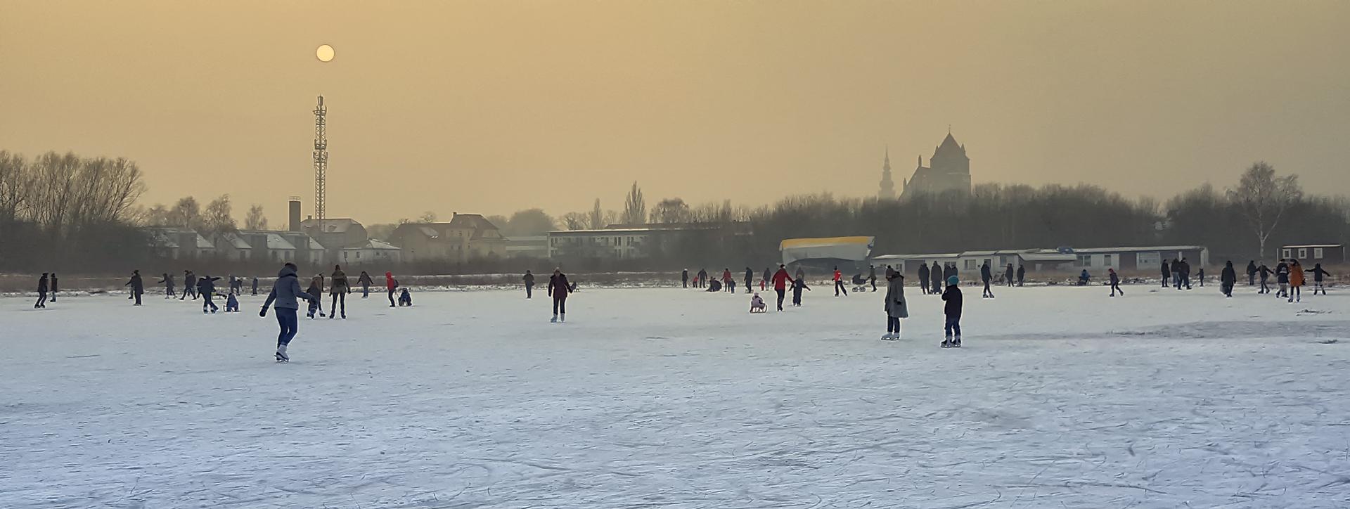 Eisvergnügen - Eisfläche an der Hafenstraße in Greifswald