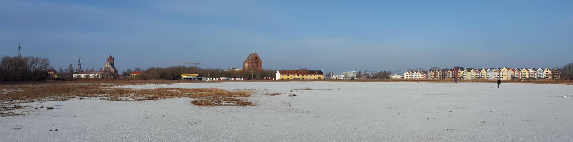 Eisfläche an der Hafenstraße in Greifswald