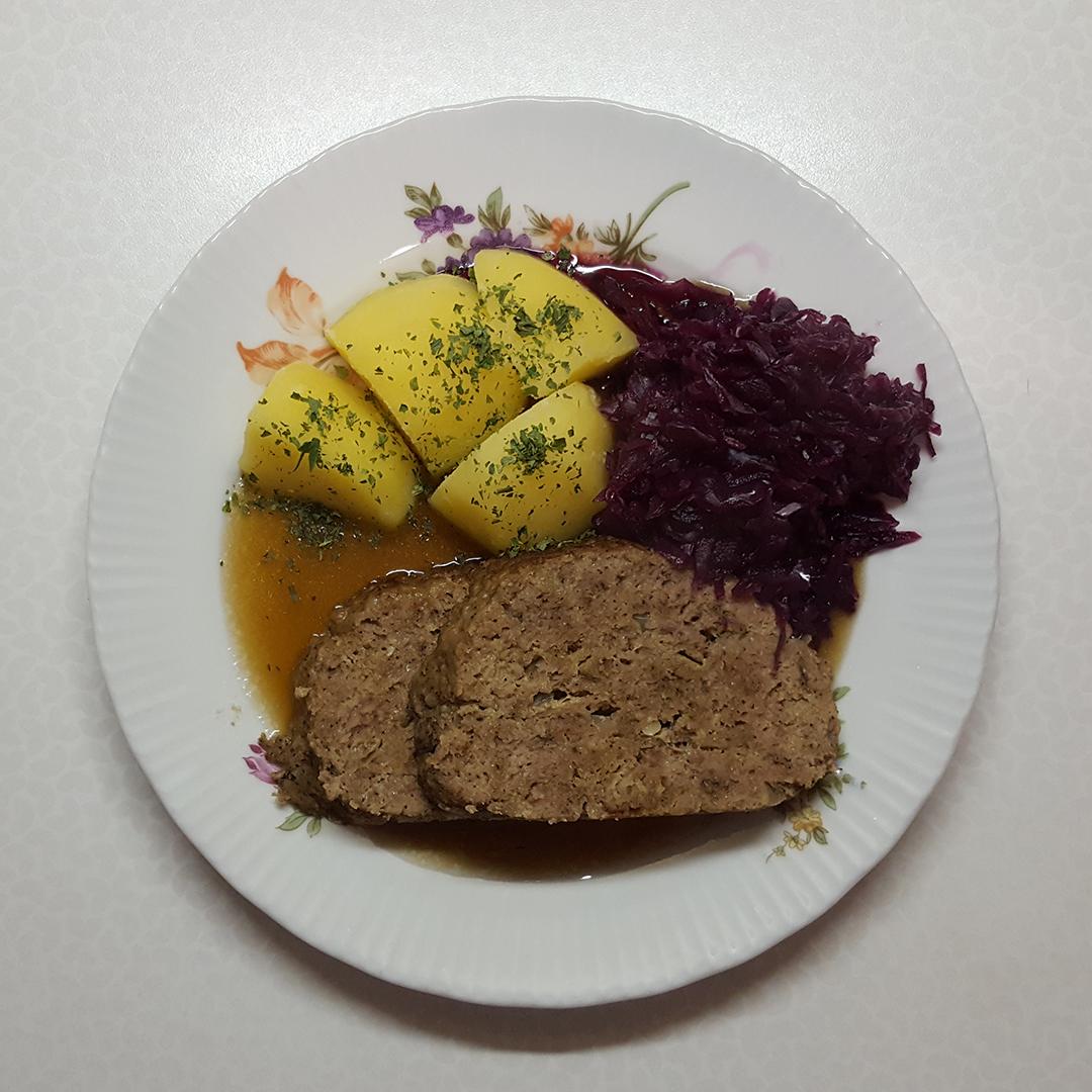 Abendessen - Hackbraten mit Kartoffeln und Rotkohl
