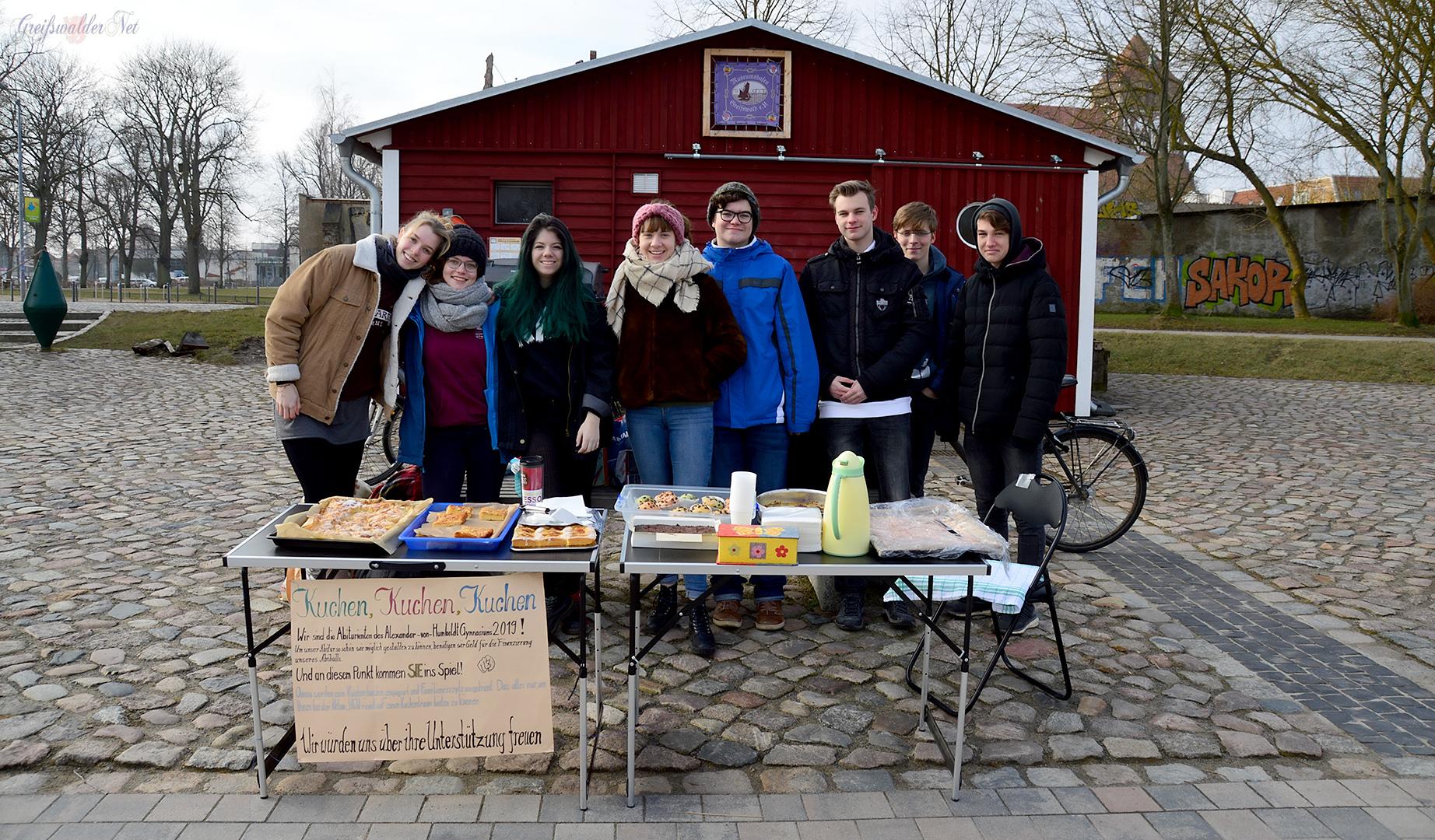 Geld sammeln mit ihrem Kuchenbasar für den Abiball am Humboldtgymnasium