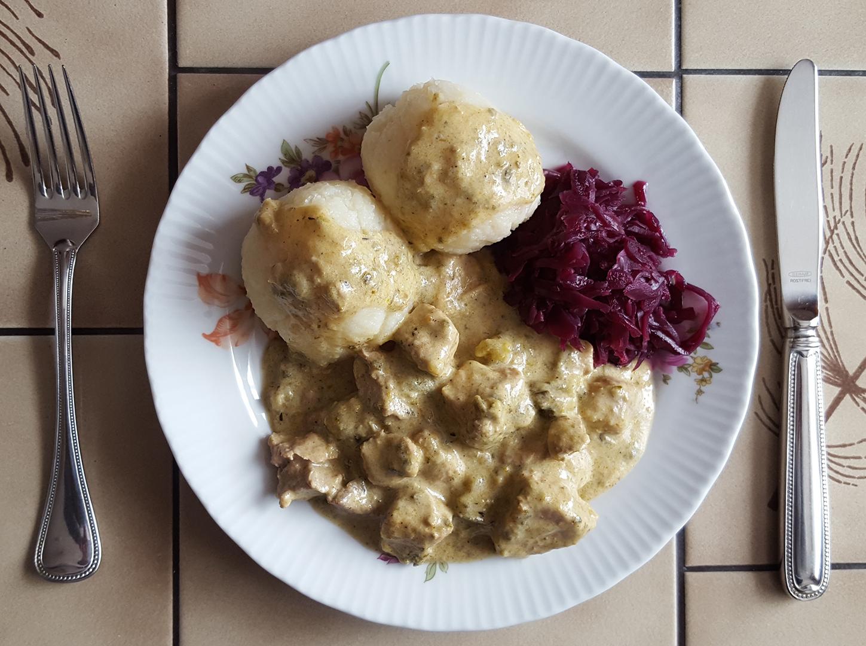 Sahnegulasch mit Kartoffelknödel und Rotkohl