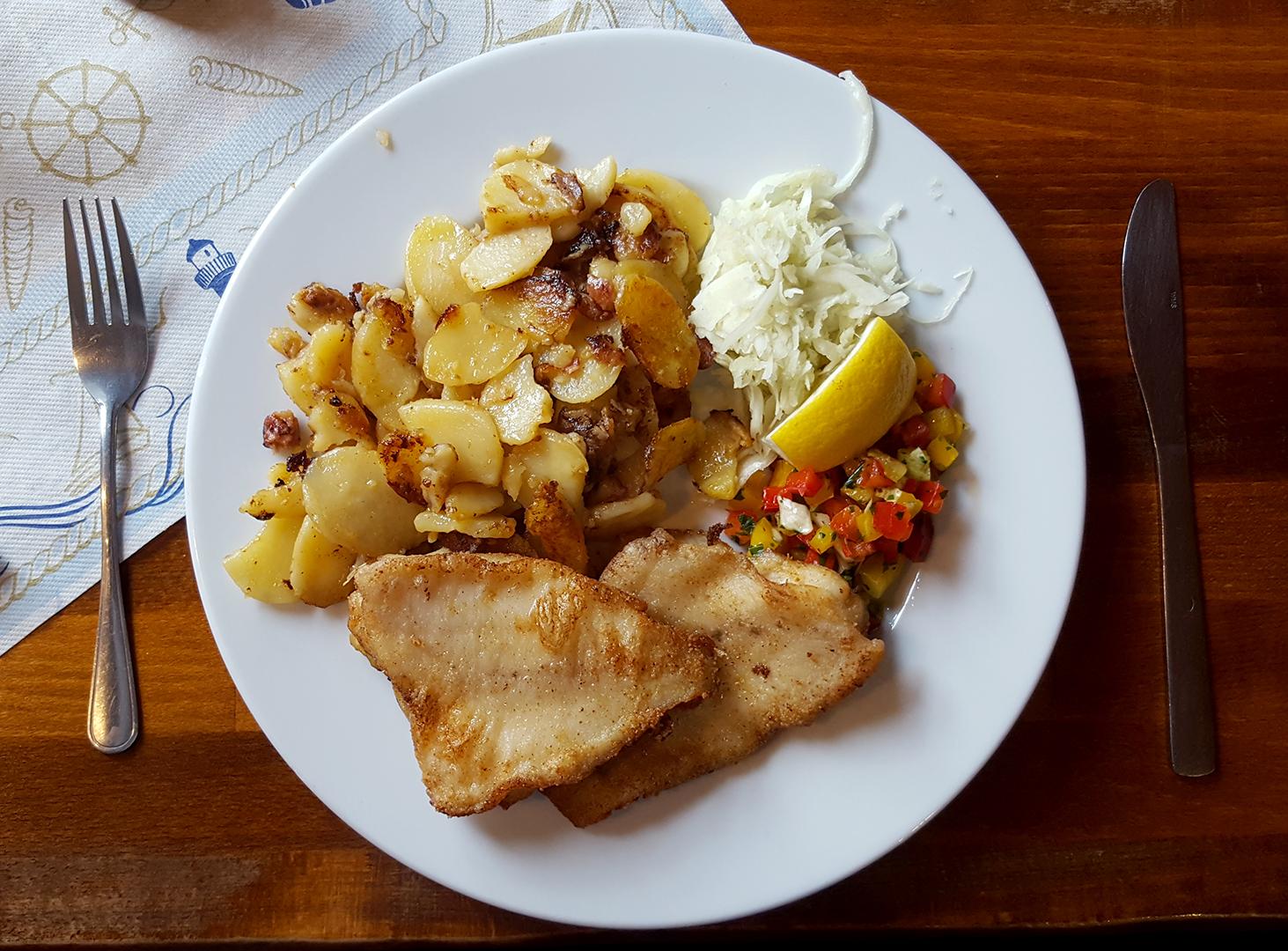 Mittagessen: Schollenfilet mit Bratkartoffeln