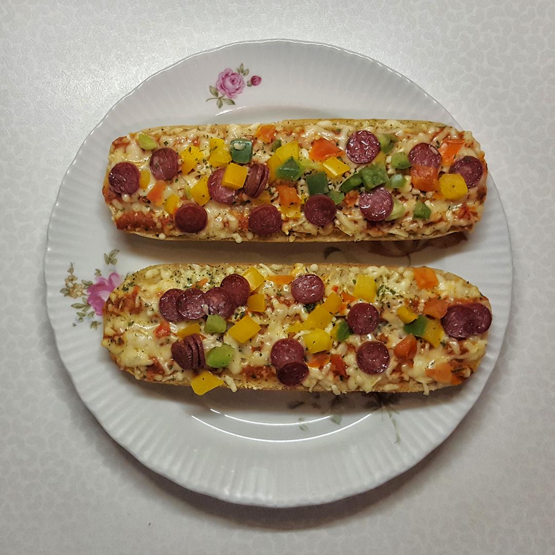 Baguettes Salami mit Edamer, Paprika und Tomaten