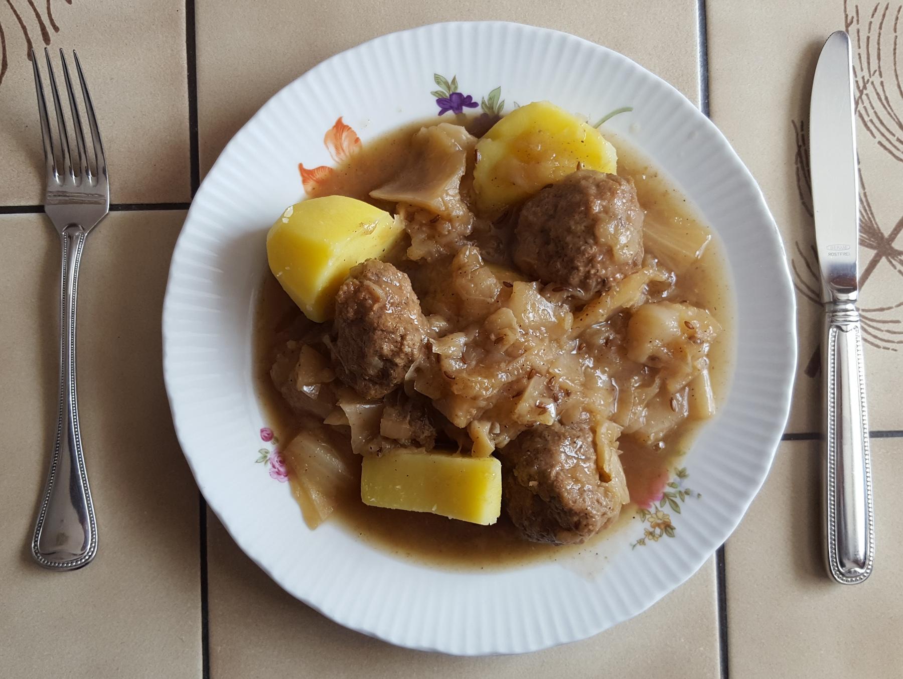 Mittagessen: Schmorkohl mit Hackbällchen und Kartoffeln