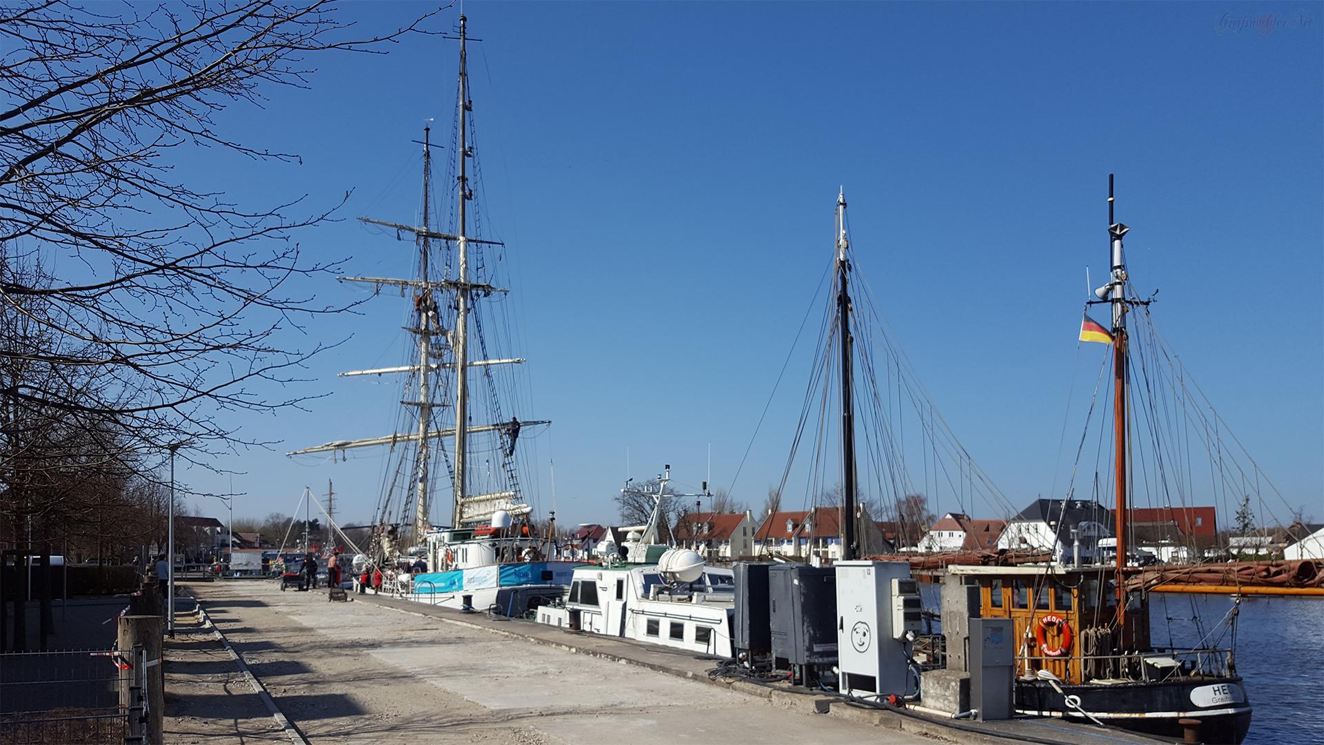 """Segelschulschiff """"Greif"""" aufgetakelt"""