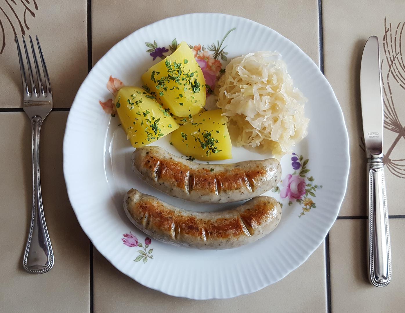 Mittagessen: Bratwurst mit Salzkartoffeln und Sauerkraut