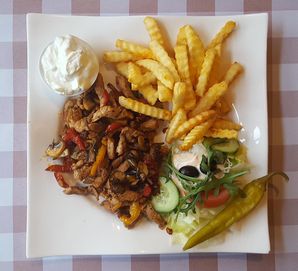 Gyros Athen - mit Zwiebeln, Champignons, Paprika und Pommes Frites, Tzatziki und Salat
