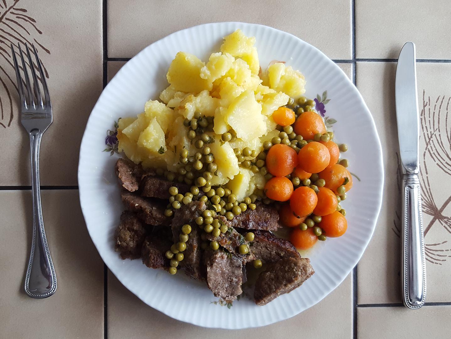 Mittagessen: Bouletten mit Mischgemüse und Bratkartoffeln
