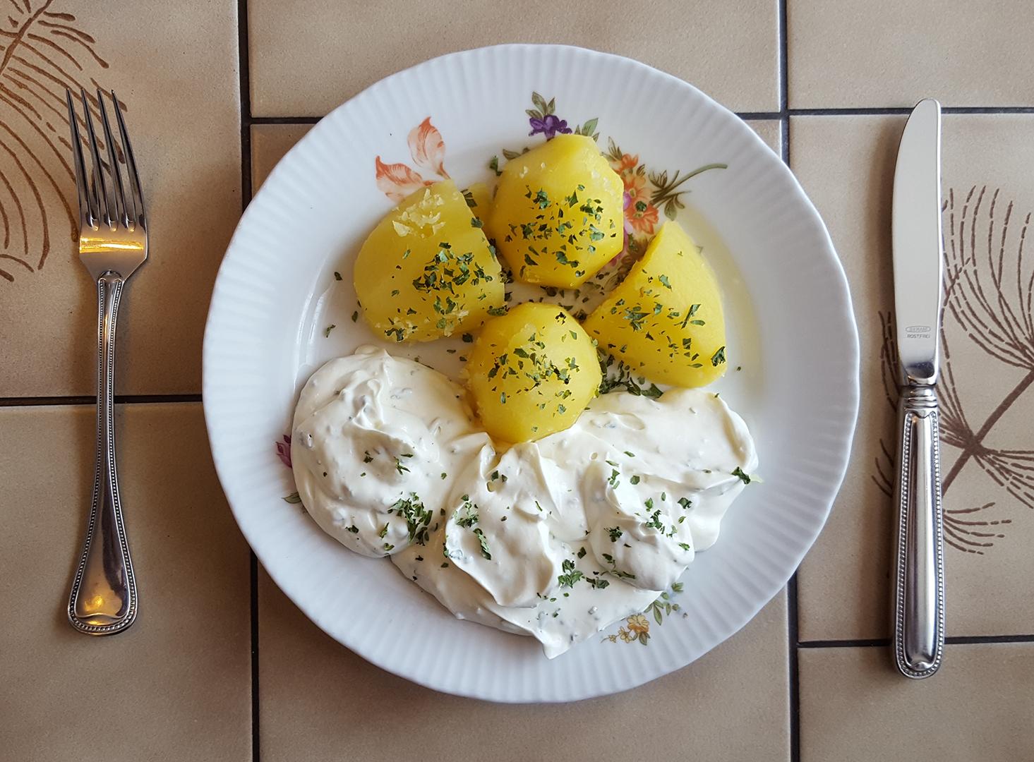 Mittagessen: Salzkartoffeln mit Kräuterquark