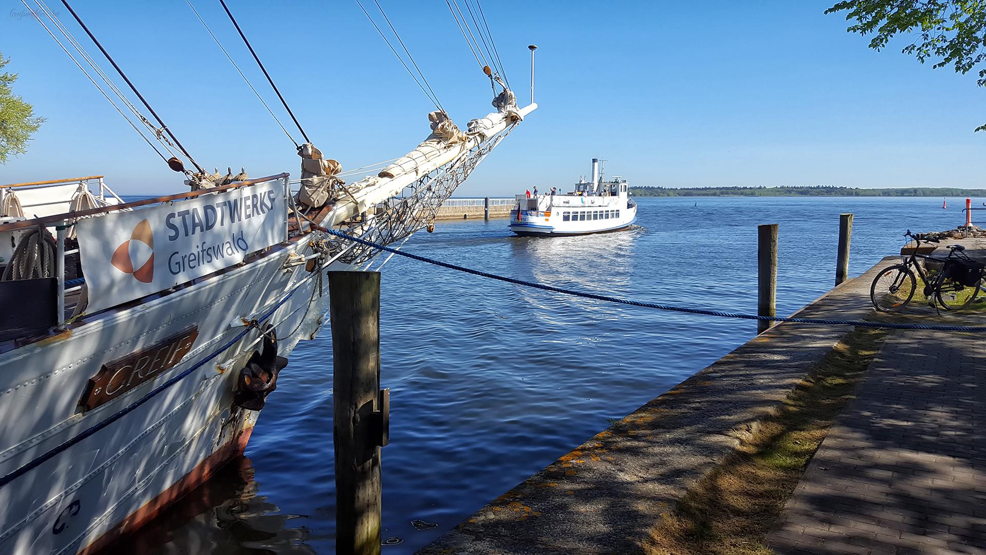 """Segelschulschiff """"Greif"""" und Fahrgastschiff MS """"Stubnitz"""" in Greifswald-Wieck"""