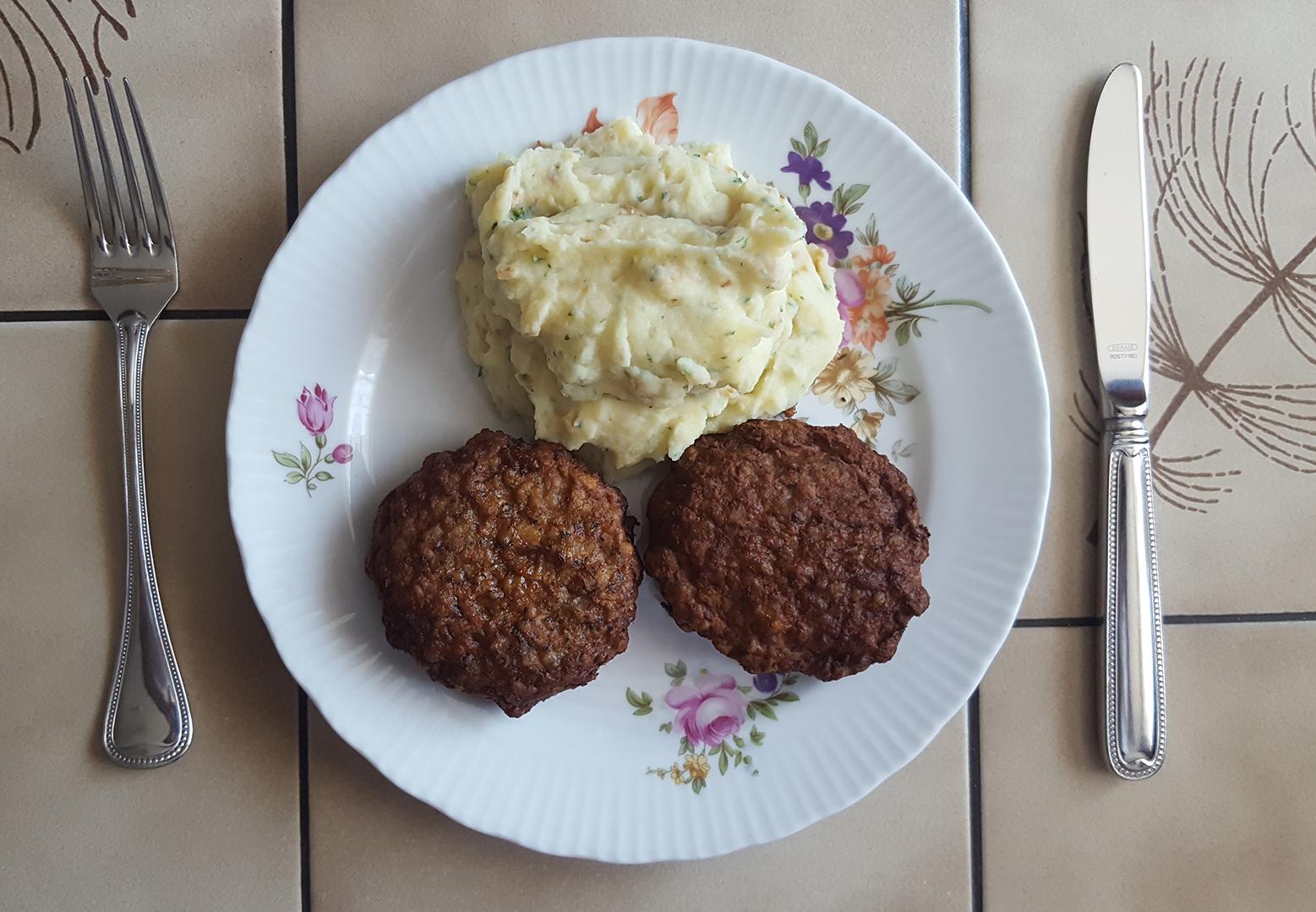 Mittagessen: Buletten mit Kartoffelpüree