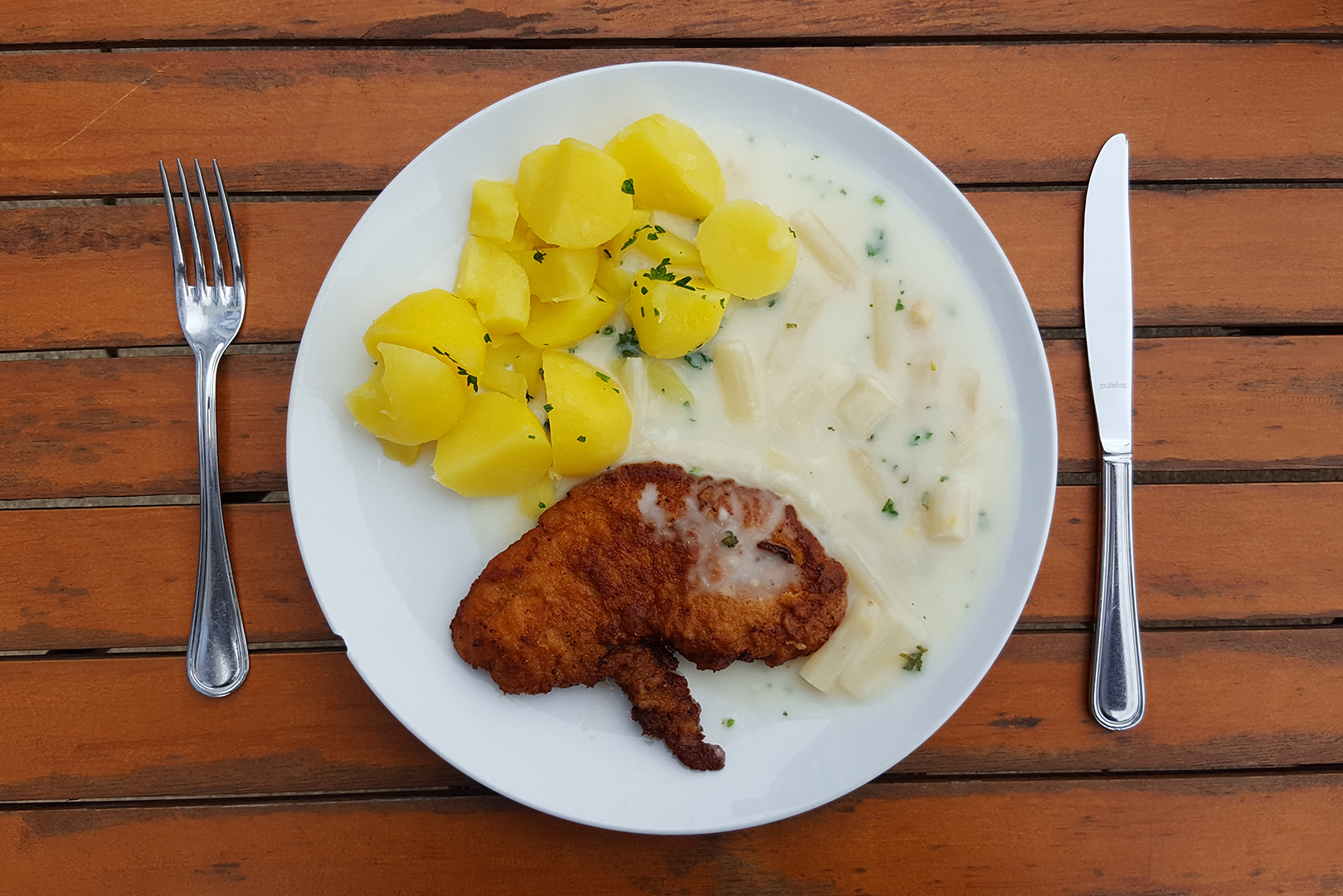 Mittagessen: Schnitzel mit Spargelgemüse und Salzkartoffeln