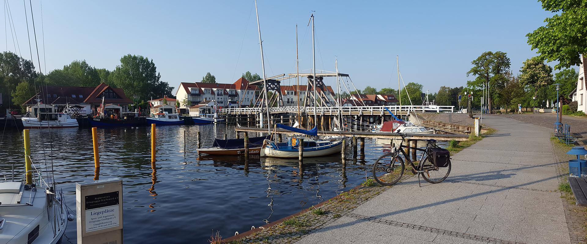 An der Klappbrücke in Greifswald-Wieck