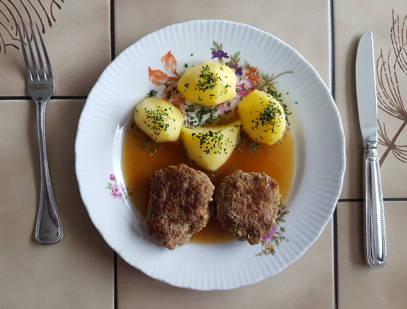 Mittagessen: Buletten mit Frühkartoffeln
