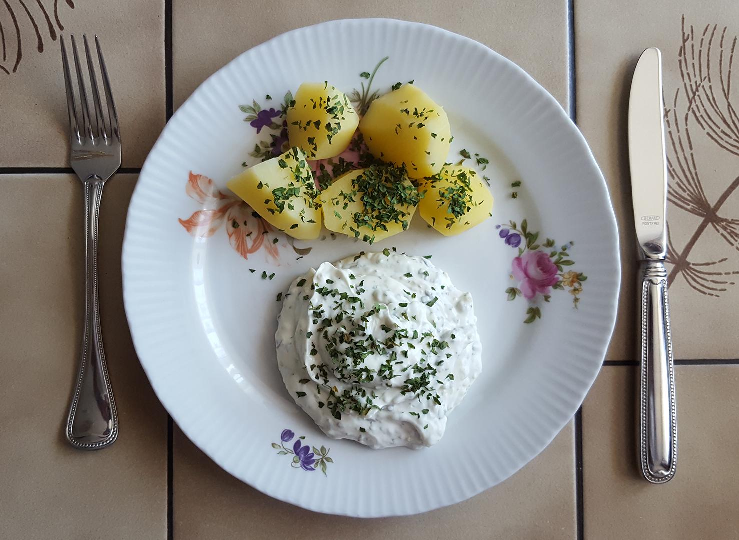 Speisefrühkartoffeln und Kräuterquark