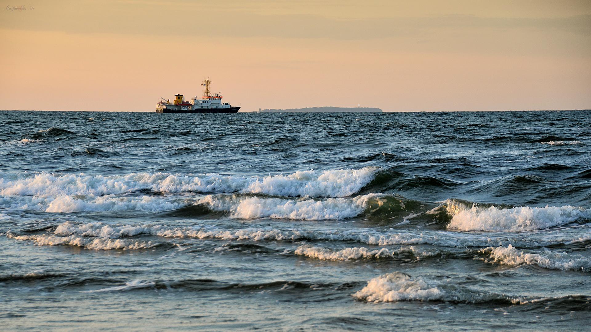 Ostseestrand - Schiff auf der Ostsee