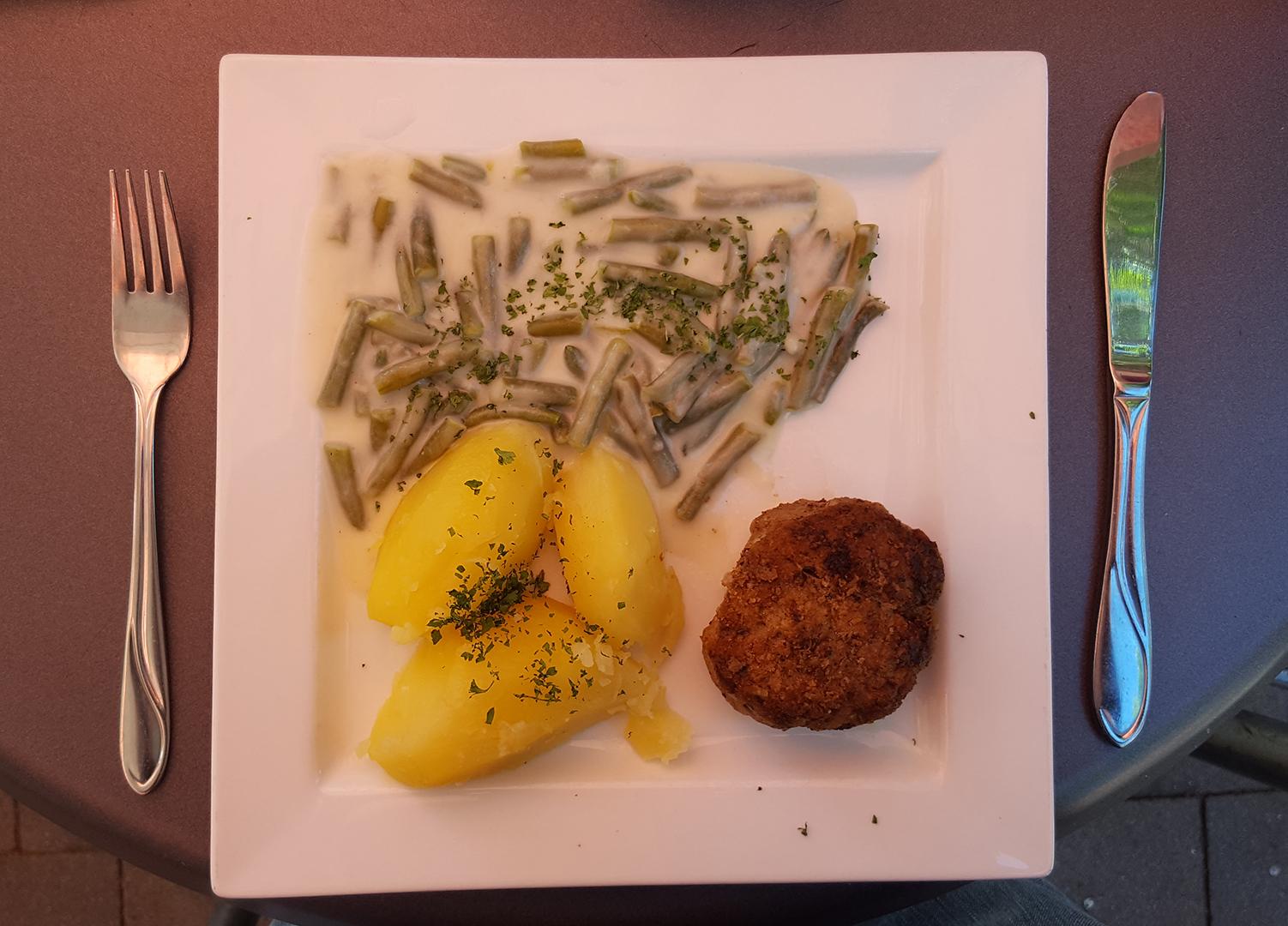 Mittagessen: Boulette mit grüne Bohnen und Salzkartoffeln