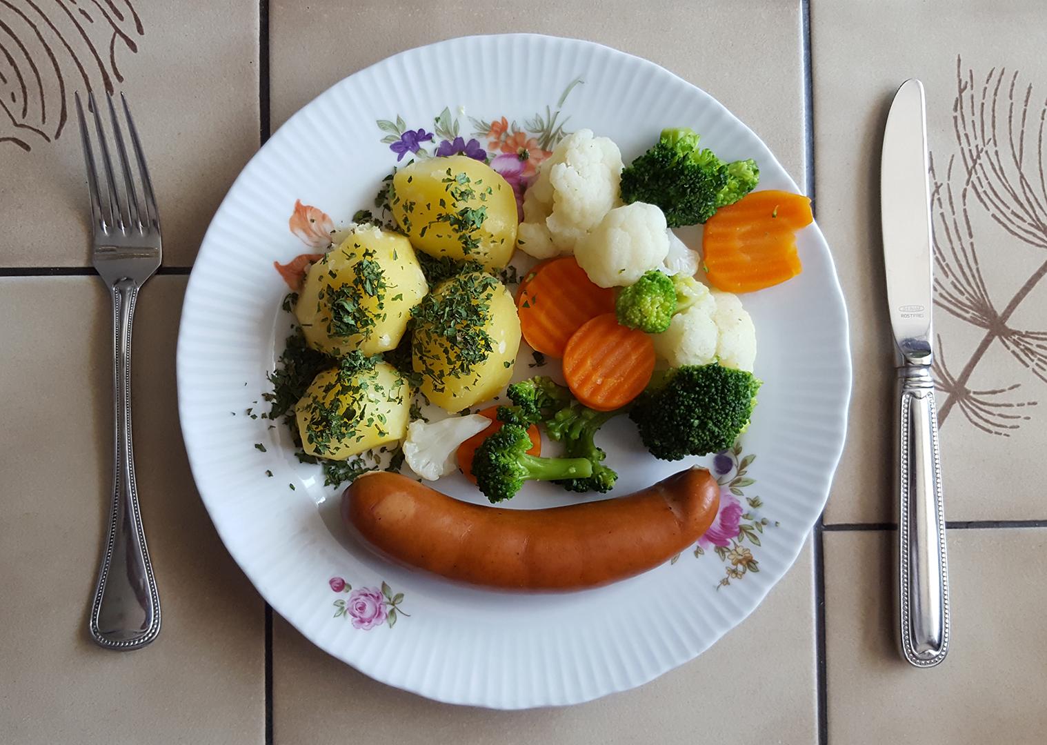 Thüringer Bockwurst mit Kaisergemüse und Salzkartoffeln