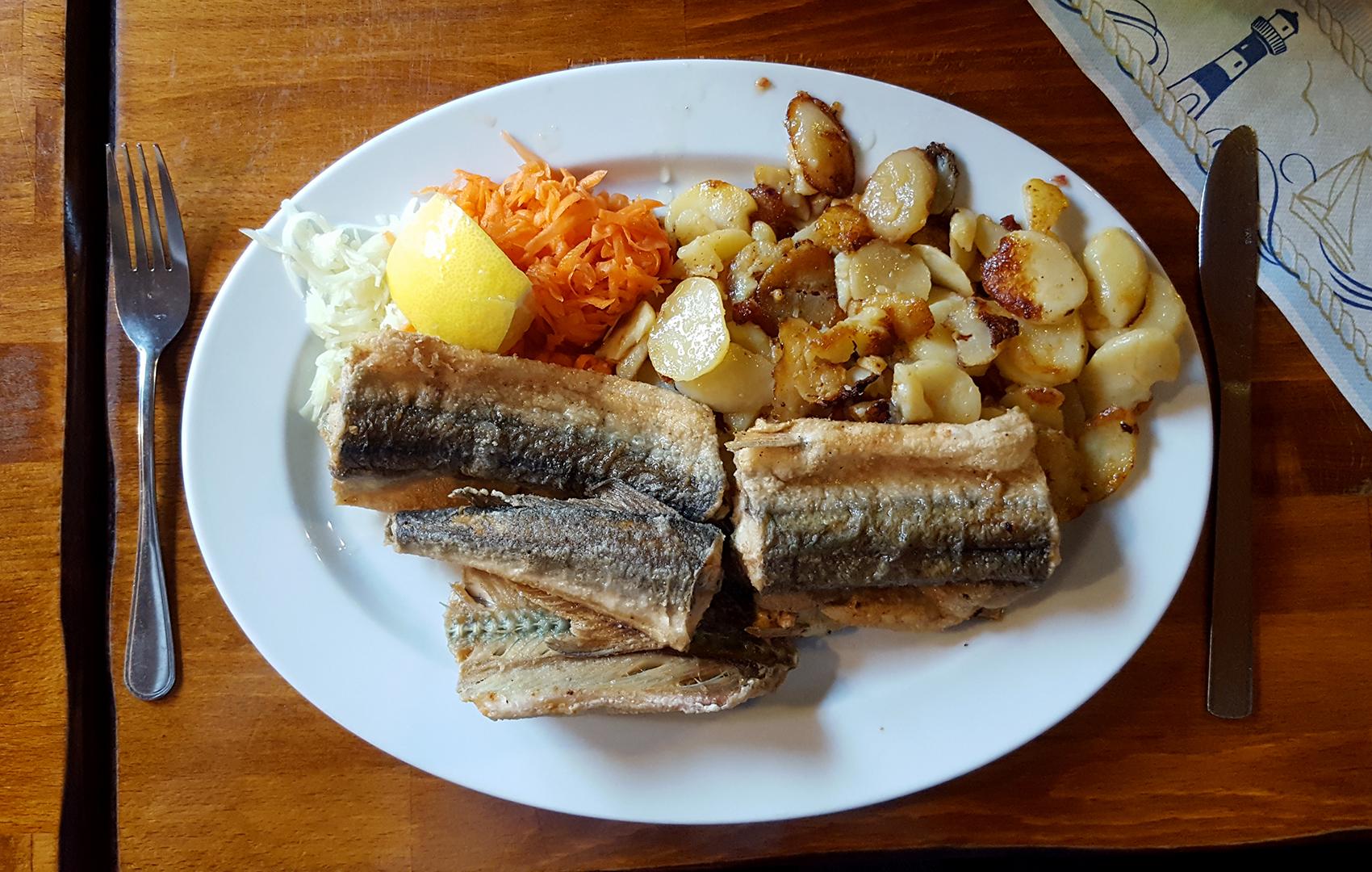 Hornfisch mit Bratkartoffeln und Beilage
