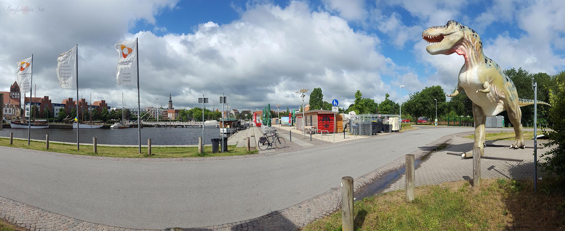 Dino am Museumshafen in Greifswald