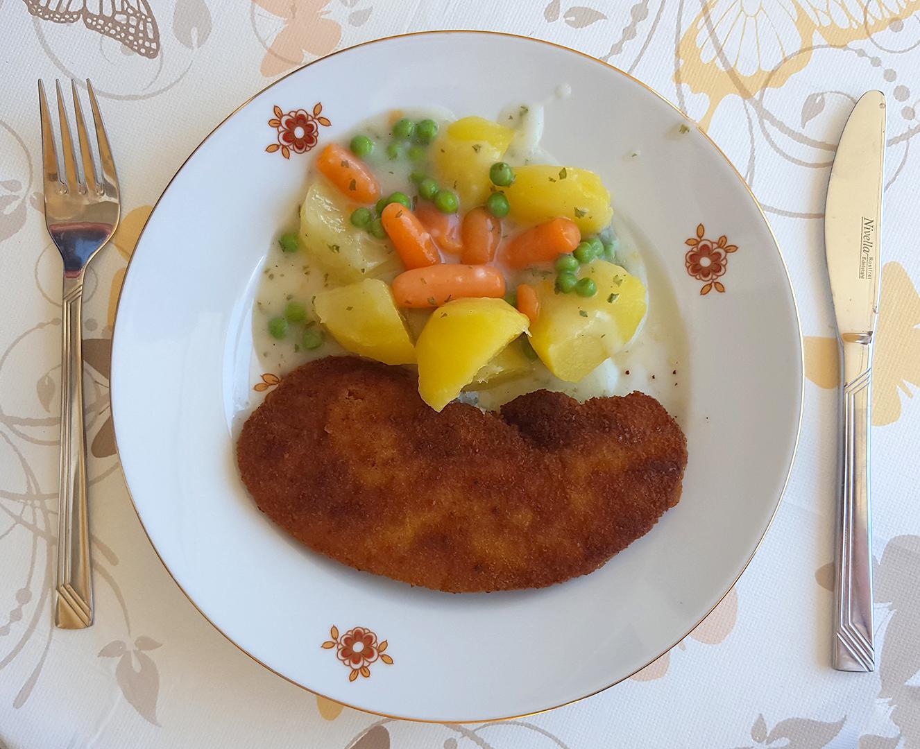Schnitzel mit Mischgemüse und Salzkartoffeln