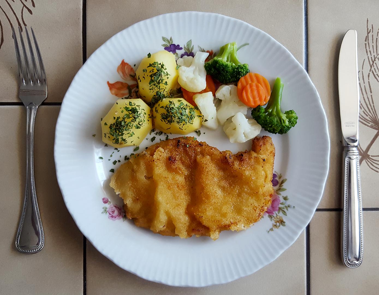 Schnitzel mit Salzkartoffeln und Kaisergemüse