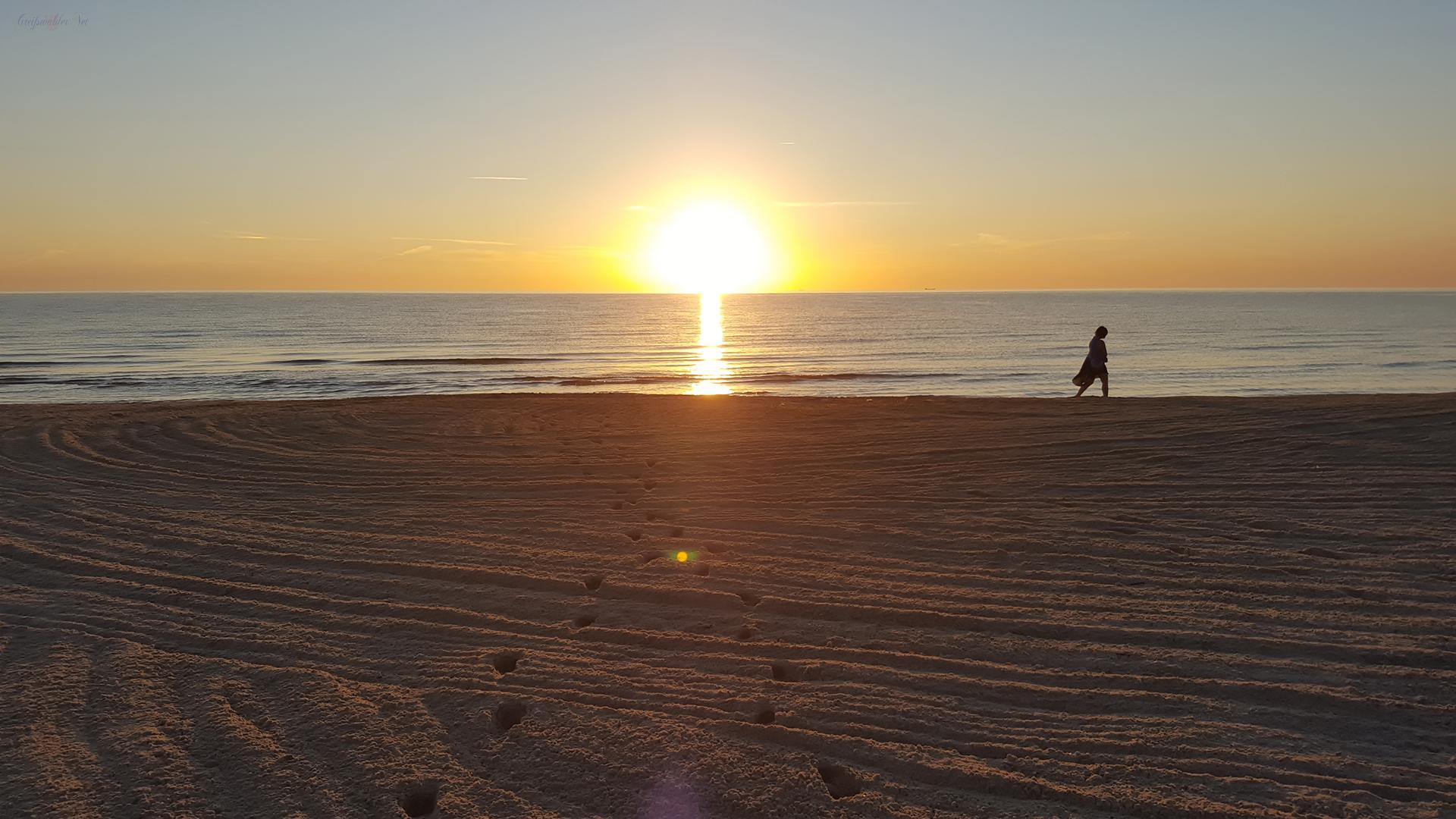 Strandspaziergang bei Sonnenaufgang an der Ostsee