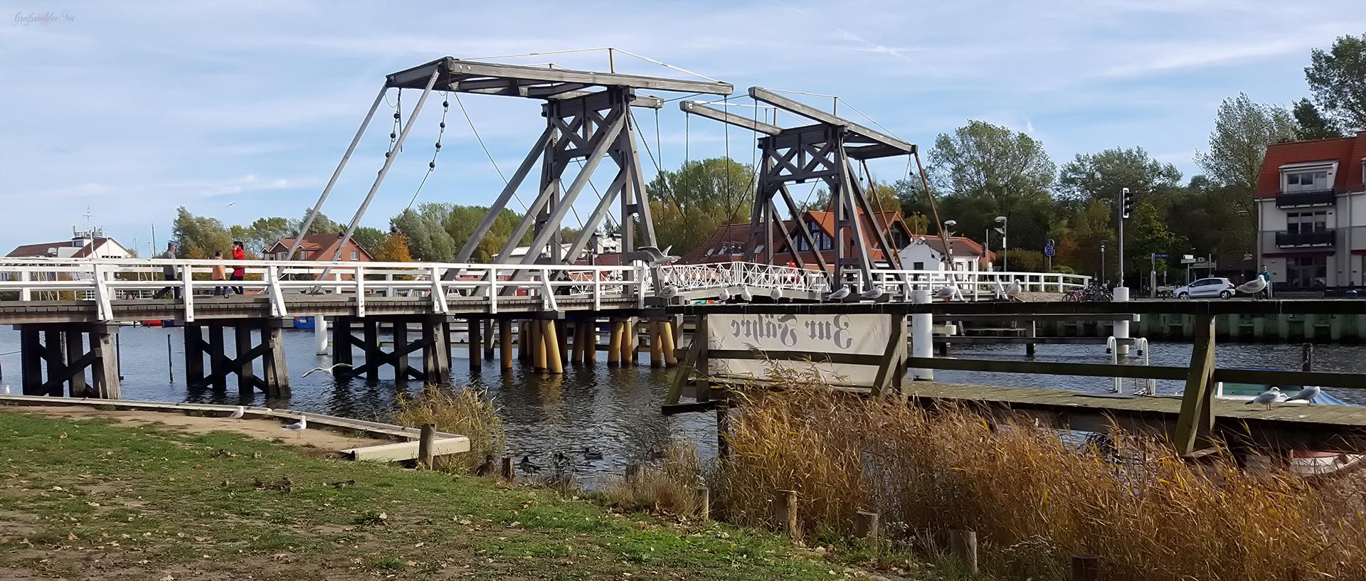 gemütliches Plätzchen an der Klappbrücke in Greifswald-Wieck