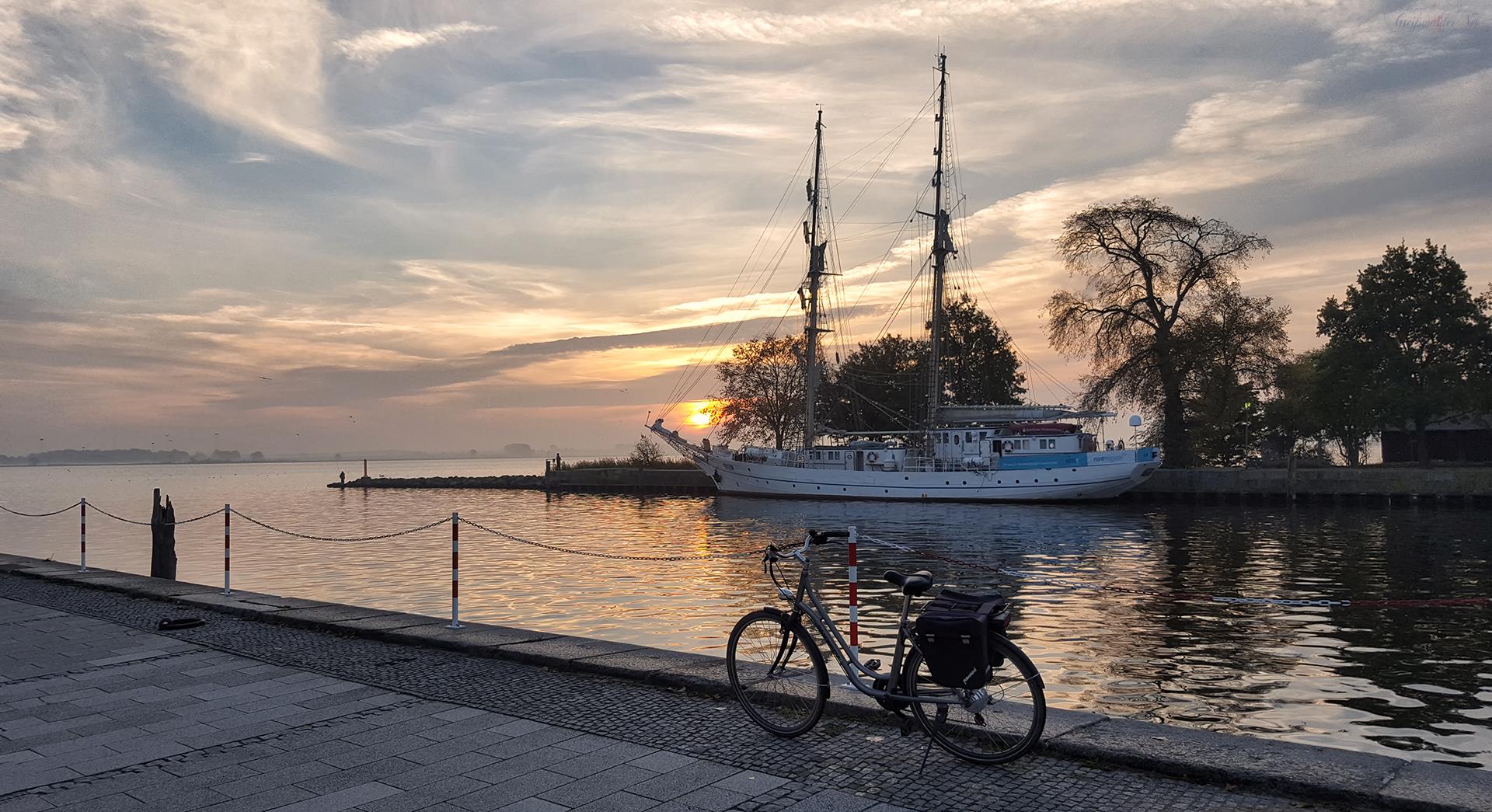 "Sonnenaufgang am Segelschulschiff ""Greif"" in Greifswald-Wieck"