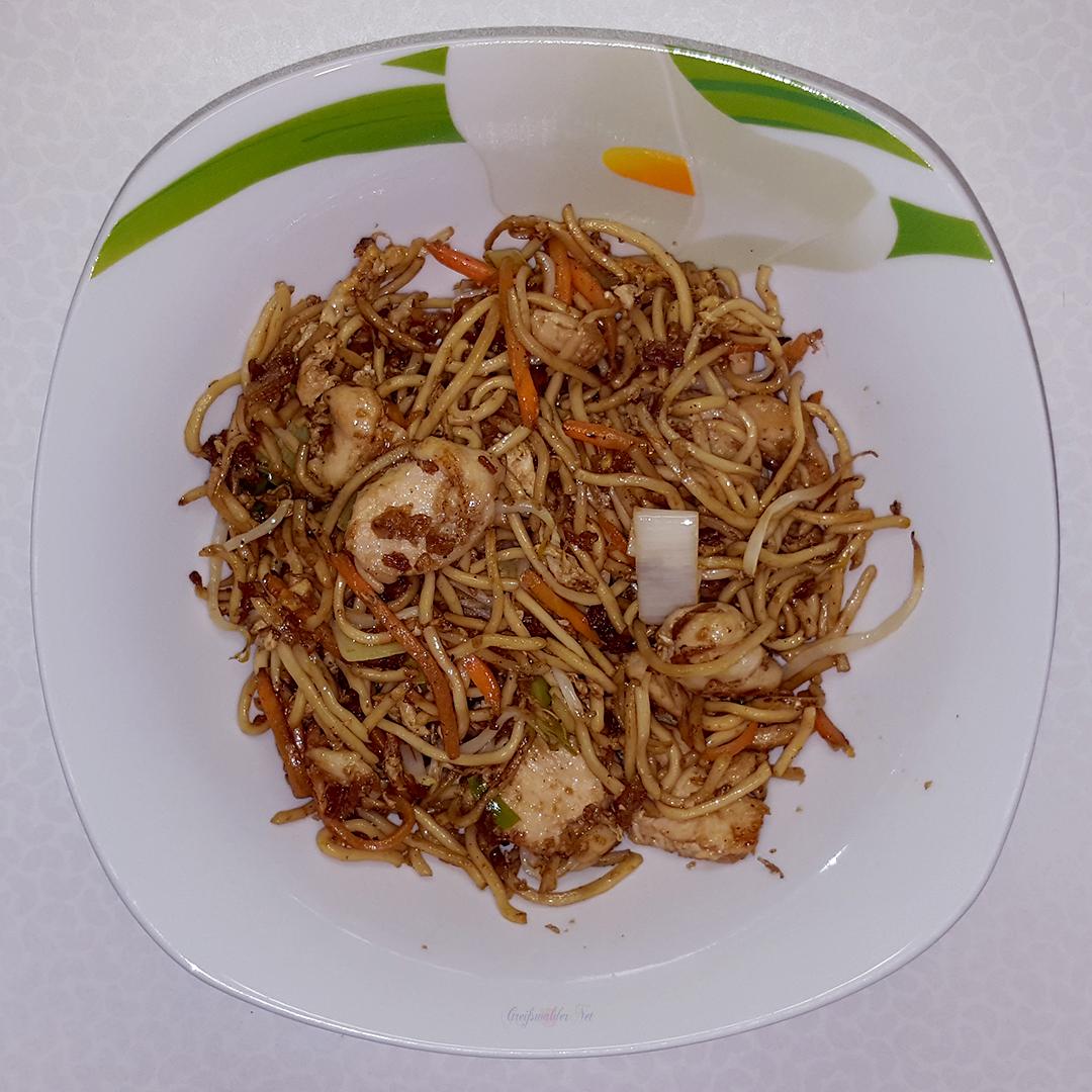 Abendessen asiatisch - gebratene Nudeln mit Hühnerfleisch
