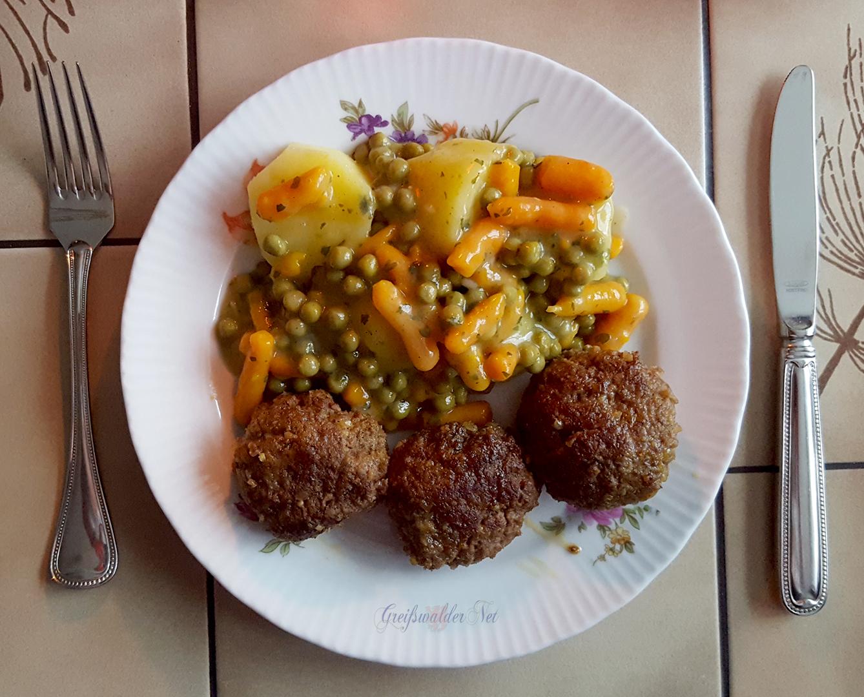 Rindfleisch-Bouletten mit Salzkartoffeln und Mischgemüse
