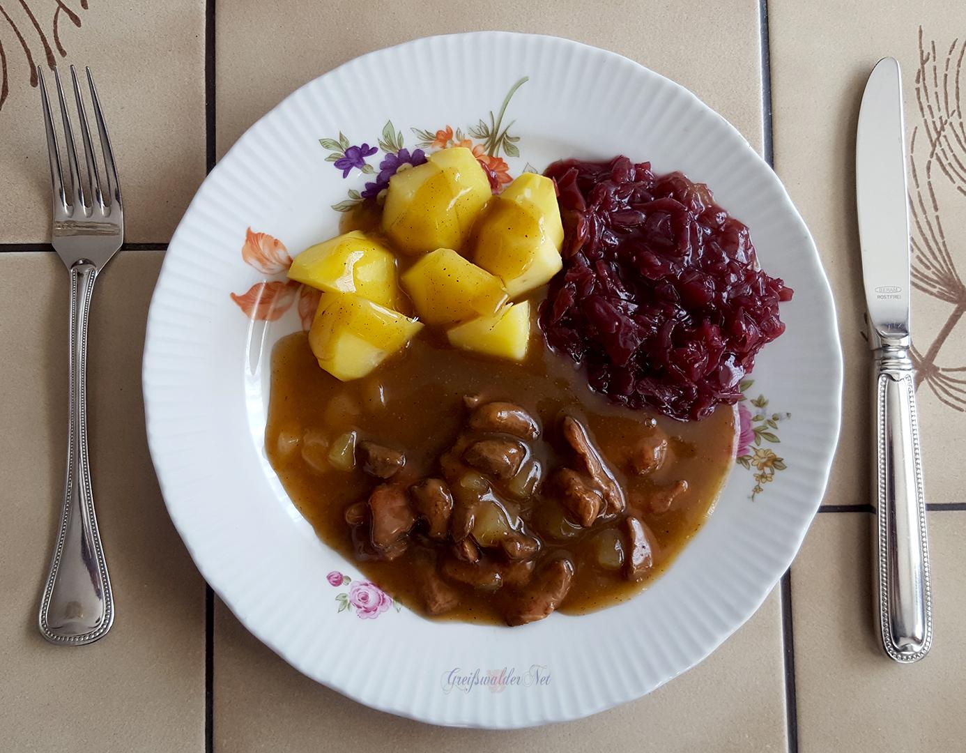 Entengulasch mit Salzkartoffeln und Rotkohl