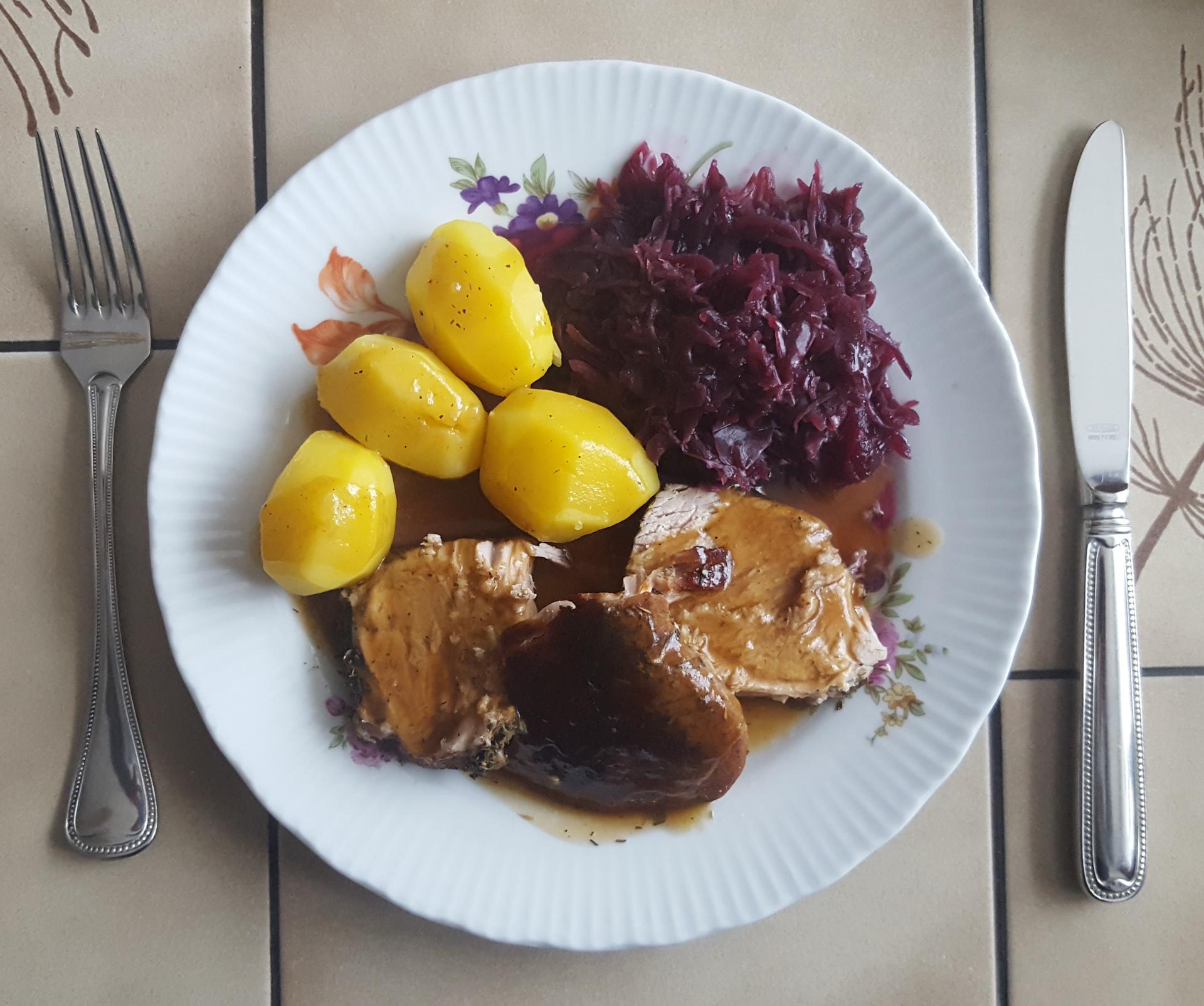 Schweinebraten mit Rotkohl und Kartoffeln