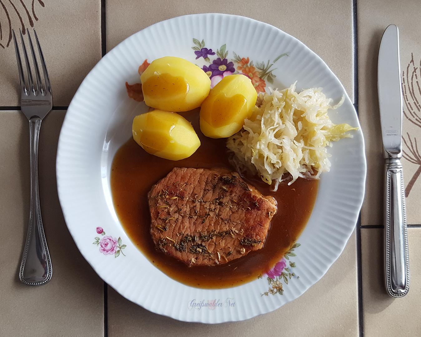 Kassler mit Salzkartoffeln und Sauerkraut